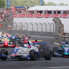 De Vries claims Race 1 win at Pau